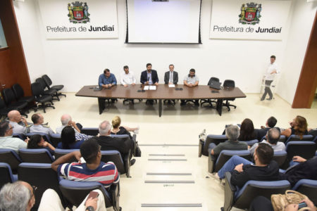 Auditório do Paço Municipal com os conselheiros empossados e prefeito com gestores na mesa central