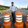 Prefeito Luiz Fernando ajuda a retirar cones que bloqueavam o acesso à rodovia