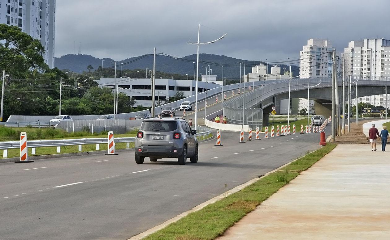 Carro passa pela avenida que foi liberada para o tráfego hoje