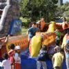 Crianças brincando em brinquedo inflável