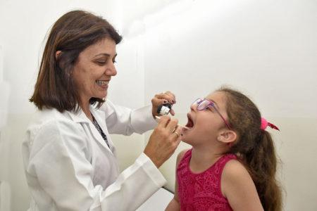 Criança é consultada por médica