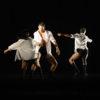 Três bailarinos em coreografia no palco do Teatro Polytheama