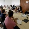 Pessoas sentada à mesa em reunião