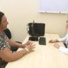 Paciente durante atendimento em consultório com médica