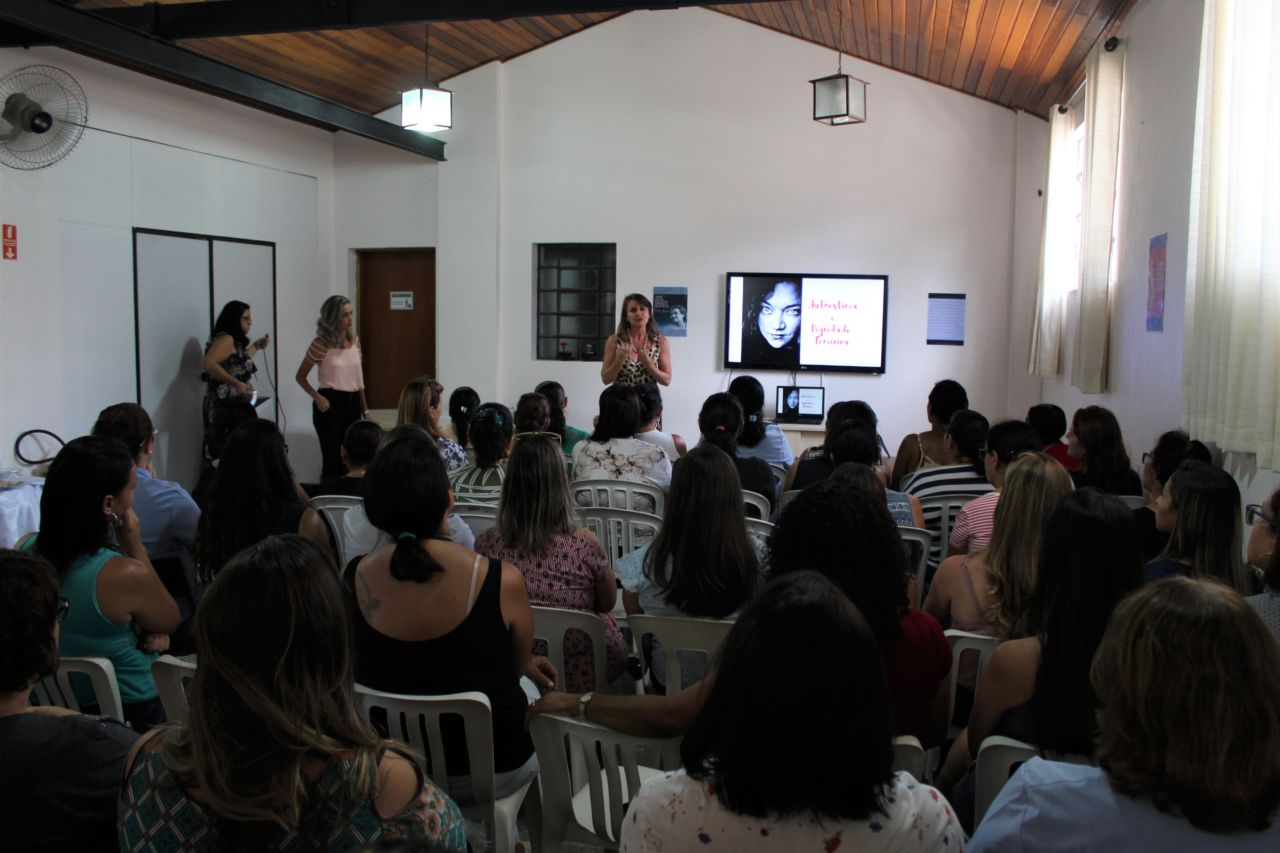 Mulheres assistem à palestra