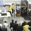 Cerimônia de inauguração dentro da fábrica