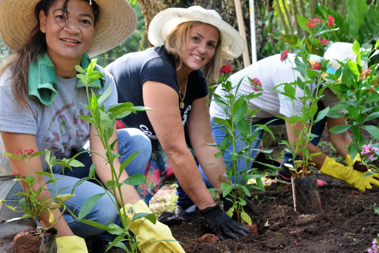 Aluna durante aula de jardinagem