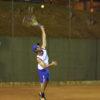 Jogador rebatendo bola com raquete