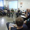 Guardas sentados em círculo em sala, durante formação