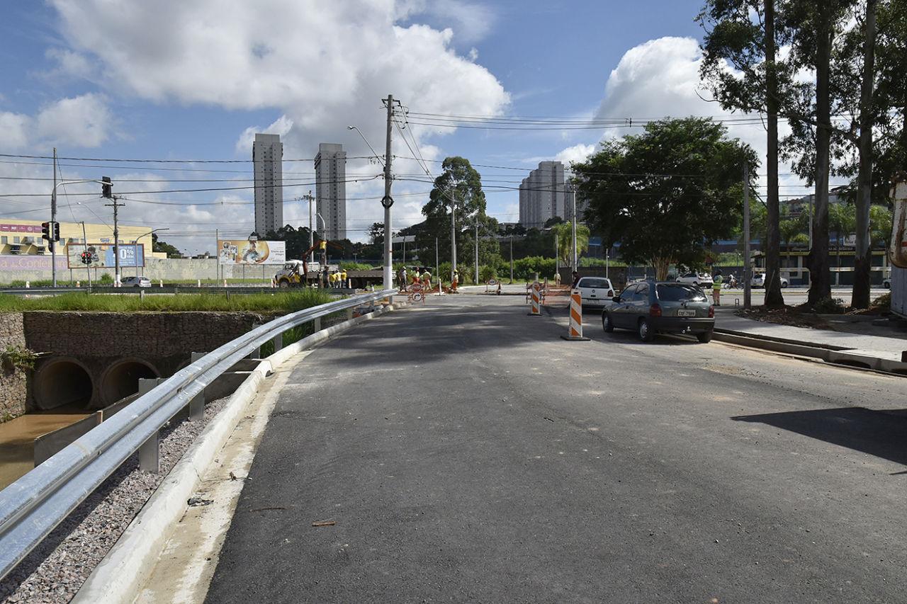 Carros circulam pela nova marginal do Córrego das Valquírias
