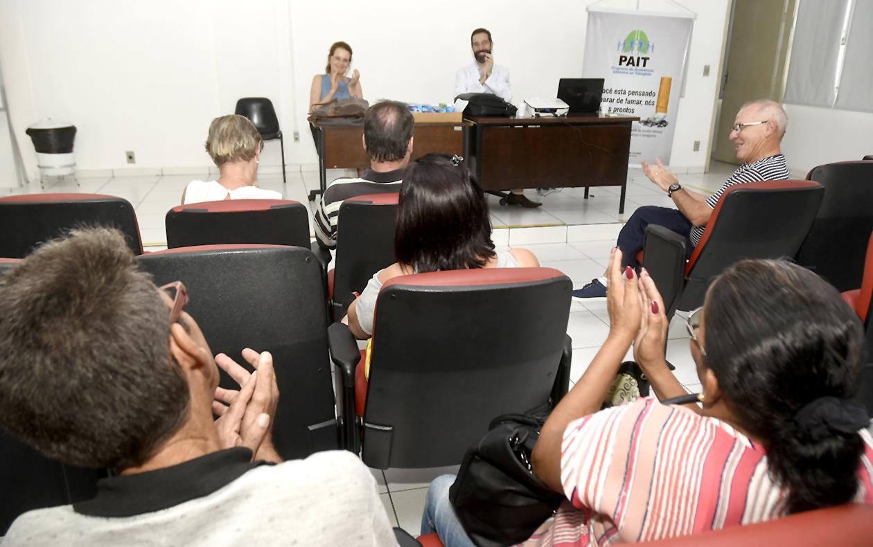 Pacientes aplaudindo durante palestra do PAIT