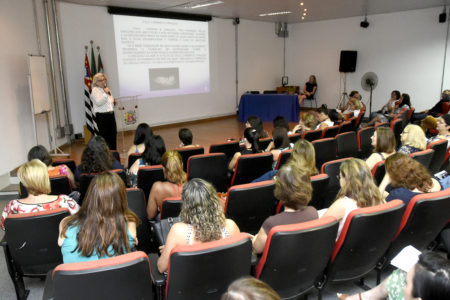 Mulheres acompanham palestra na Sala Elis Regina, no Complexo Argos