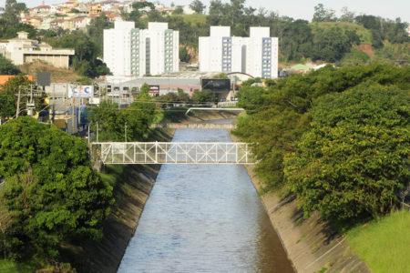 Rio Jundiaí com vegetação nas laterais