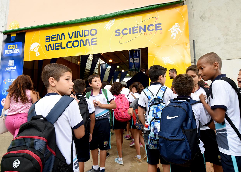 Crianças uniformizadas na entrada do Parque da Uva para o evento de 2018