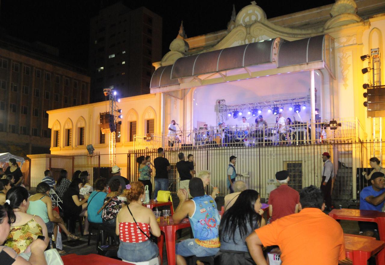 Praça do Coreto durante uma noite de realização do Sexta no Centro, com público e show musical no palco do coreto
