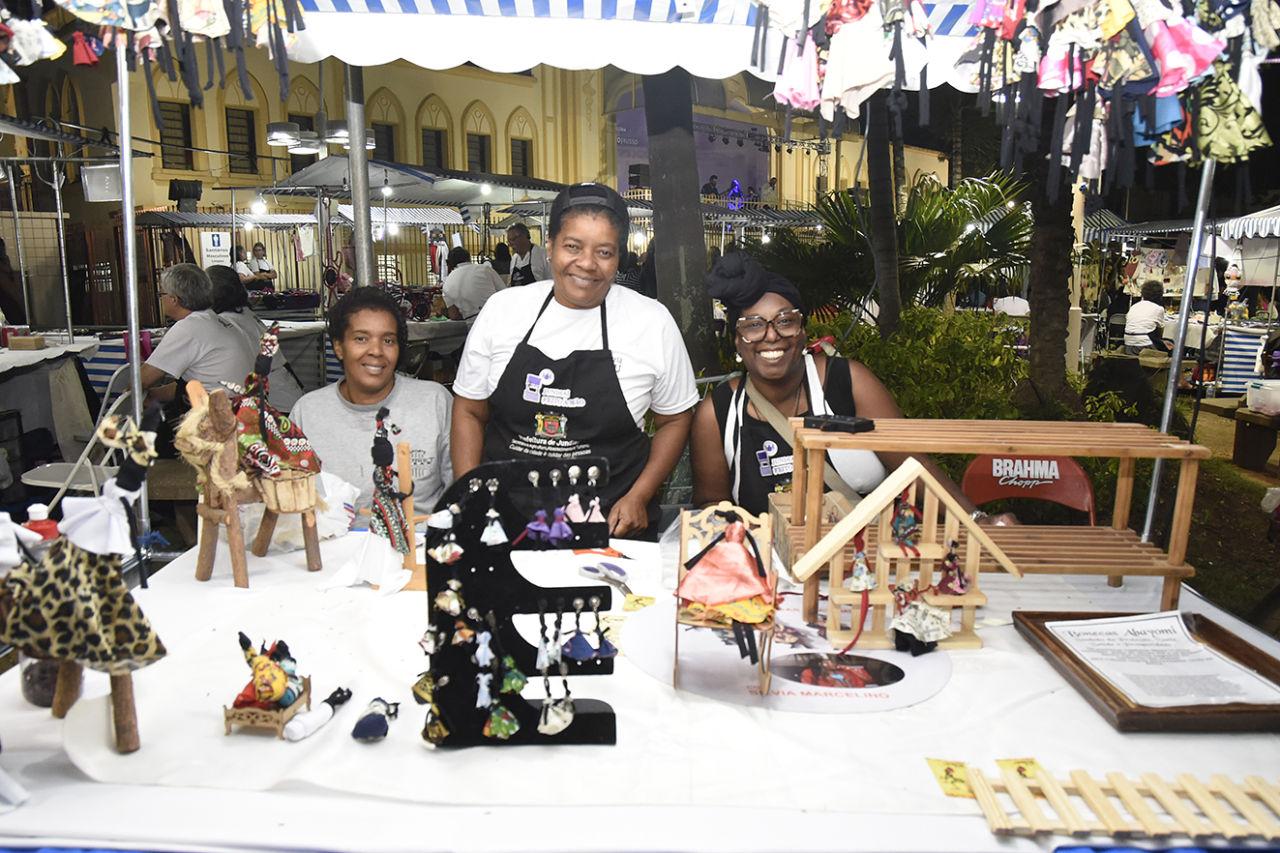 Artistas do programa municipal Jundiaí feito à Mão posam em sua barraca