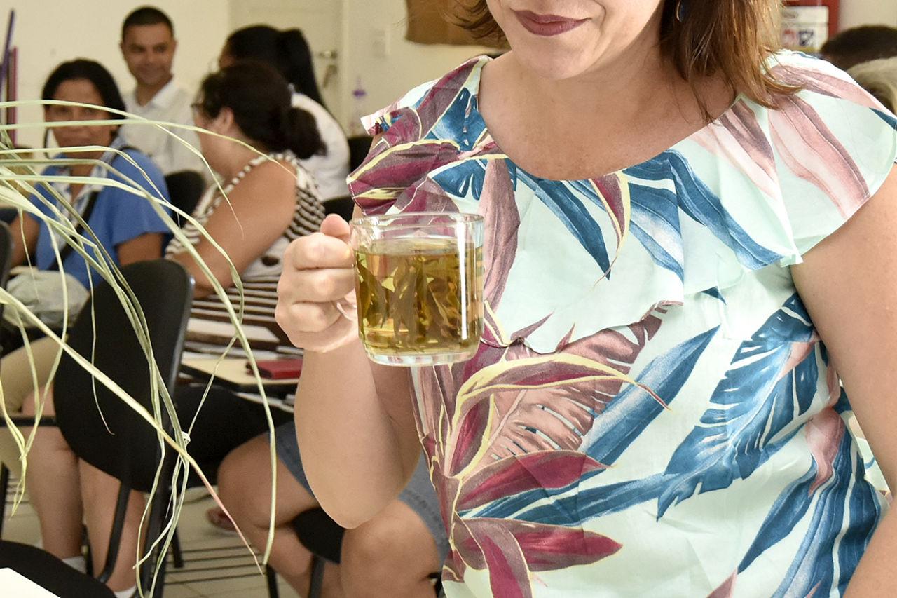 Mulher segura frasco com chá