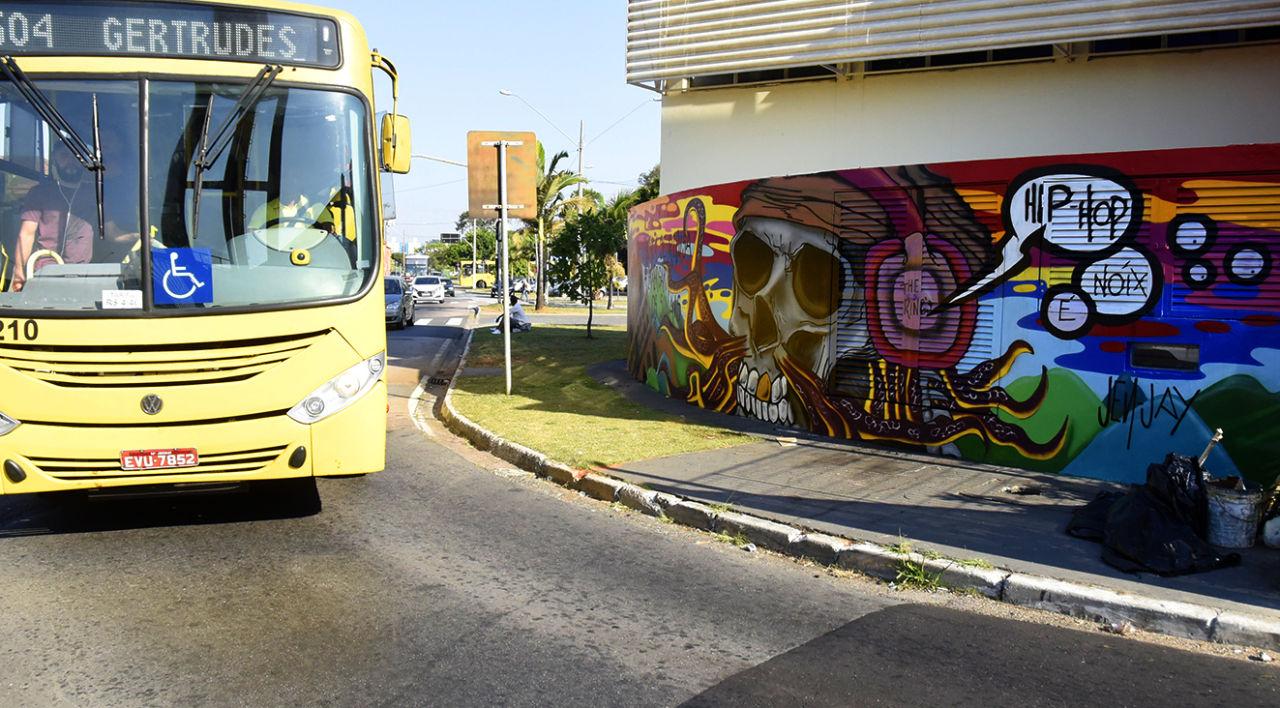 Ônibus da linha 504 sai do terminal Vila Arens em direção à rua