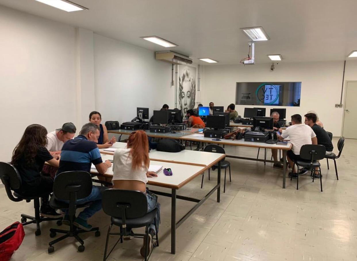 Alunos durante aula na TVTEC