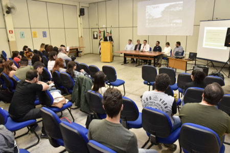 Auditório da Fatec com alunos no auditório e mesa diretora com autoridades e professores
