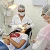 Garota passa por consulta odontológica em Unidade Básica de Saúde