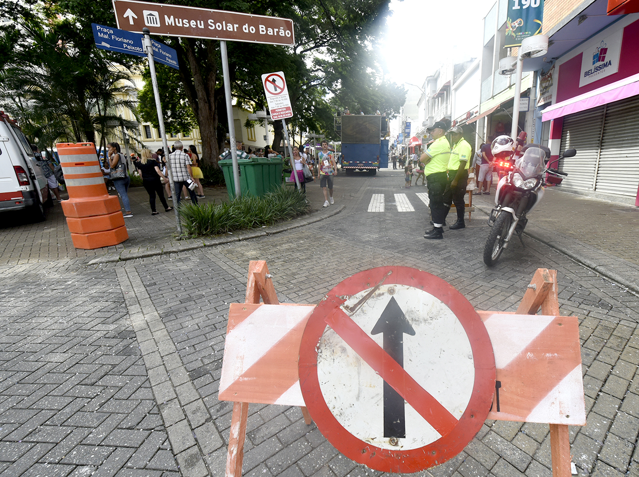 Foto de placa com sinal de proibido seguir