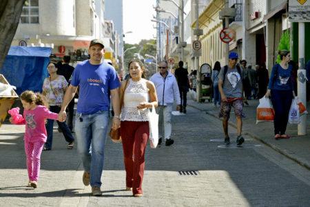 Fotos de transeuntes no calçadão da rua Barão de Jundiaí