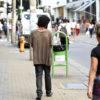 Mulher caminha pelo Centro da cidade