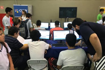 Crianças participam de atividade em computadores da Cijun durante o evento