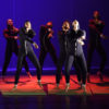 Dançarinos se apresentando em palco