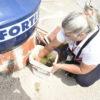 Agente da Zoonoses faz vistoria em balde
