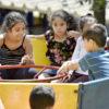 Crianças brincando em gira-gira
