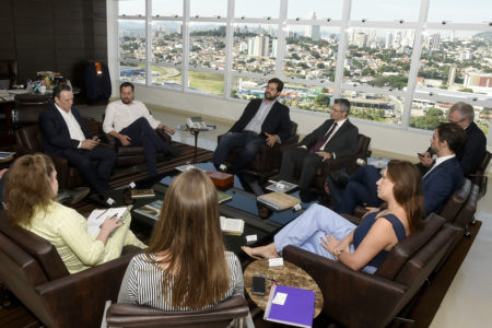 Gestores de várias Unidades de Gestão da Prefeitura de Jundiaí, diretores e os executivos sentados no gabinete com Jundiaí ao fundo
