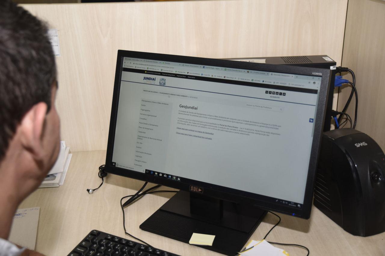 Tela do site do GeoPortal aberta em um computador de mesa