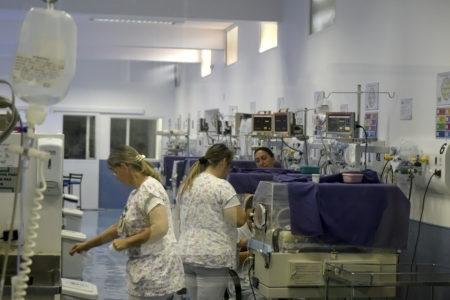 Funcionários trabalham em ala do hospital