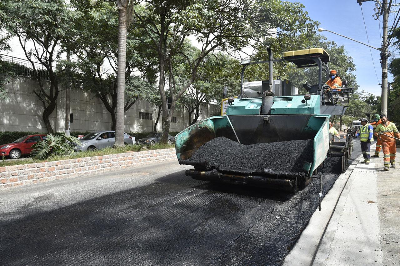 Máquina trabalha em asfalto novo na via