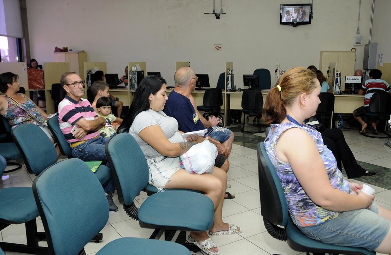 Foto do Procon Jundiaí em dia de atendimento, com pessoas sentadas aguardando ser chamadas