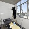 Trabalhador realiza a limpeza dos vidros