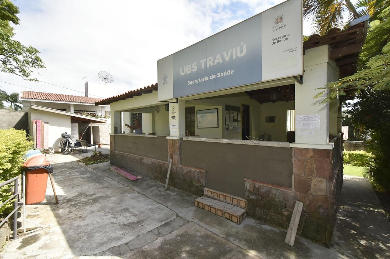Foto da fachada da UBS Traviú já sendo reformada