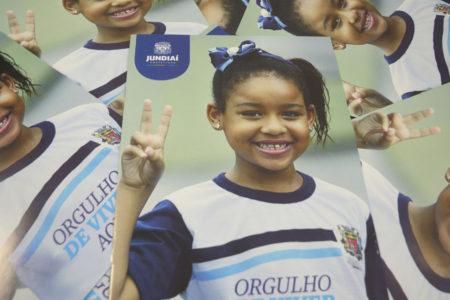 Revistas com a capa de uma menina negra na capa