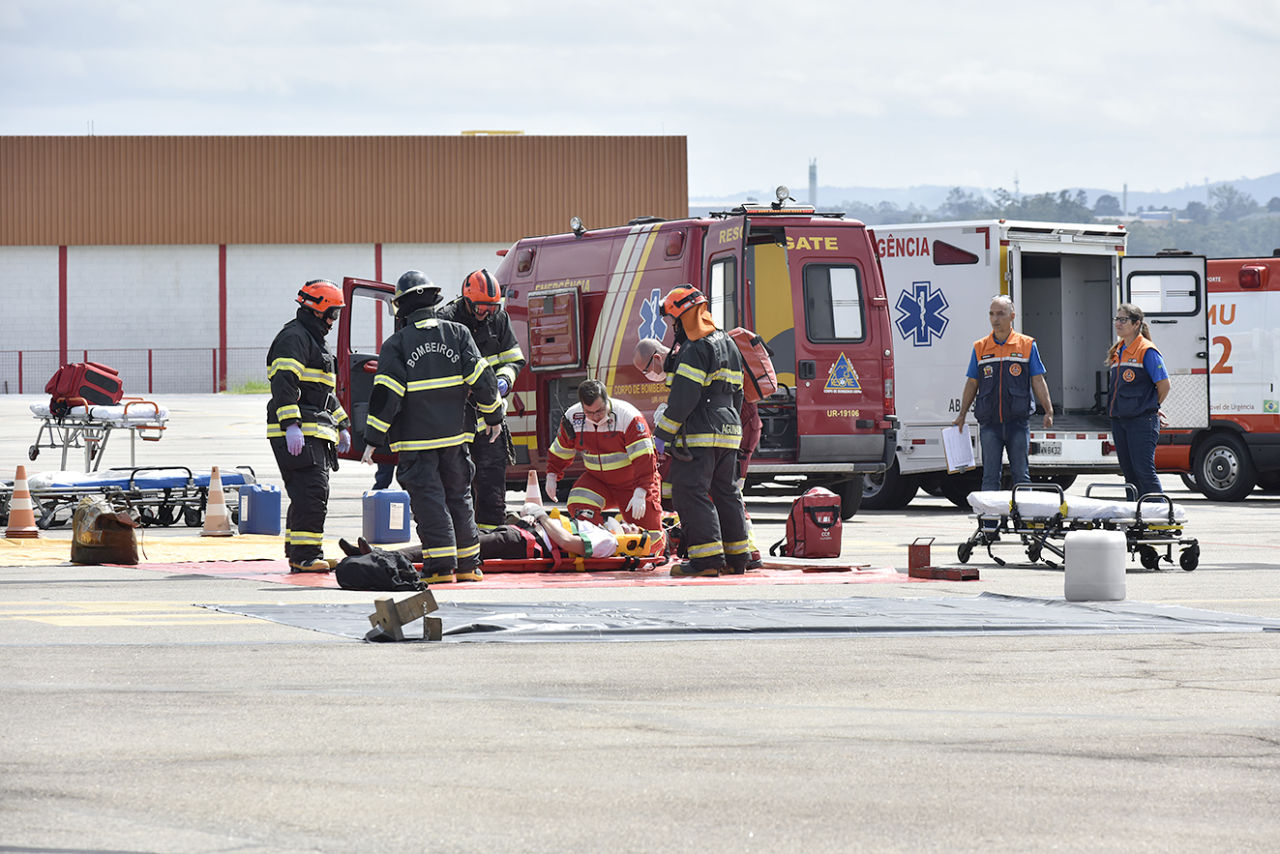 Simulação de atendimento a acidente aéreo, no aeroporto de Jundiaí, com vítima em situação grave recebendo procedimentos