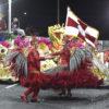 Mestre-sala e porta-bandeira em performance durante o Carnaval