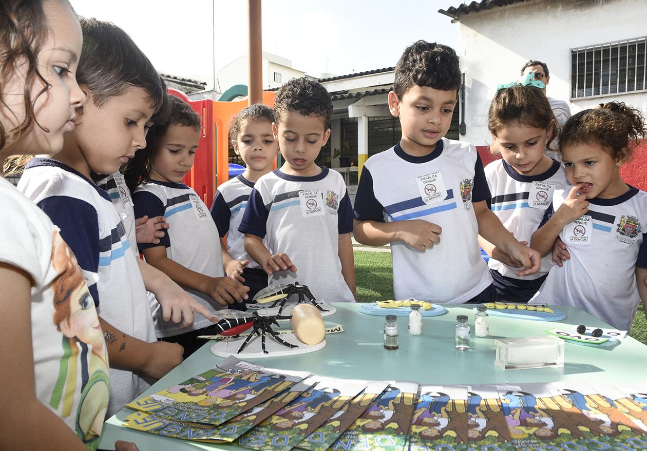 Crianças em escola municipal observam ciclos dos mosquitos Aedes aegypti em exposição