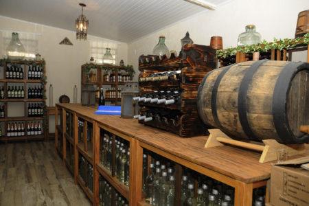 Foto de balcão de vidro com garrafas e tonel em cima