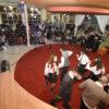 Espaço de contações de histórias da Biblioteca, com personagens fantasiados de uniforme da sega Harry Potter e público de espectadores