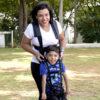 Mulher segura criança com suporte corporal