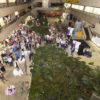Foto panorâmica do térreo do Paço Municipal com pessoas segurando taças