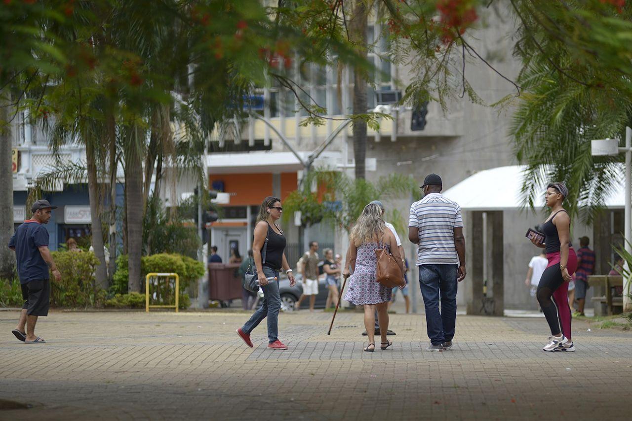 Pessoas andando pelas ruas do centro