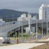 Viaduto das Valquírias com prédios ao fundo e carro passando por baixo