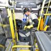 Homem com equipamento faz dedetização dentro de ônibus
